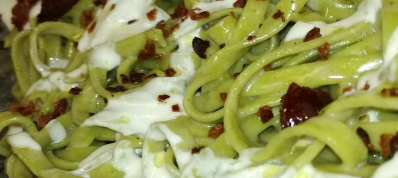 Tagliatelle agli spinaci con crema di burrata e pancetta
